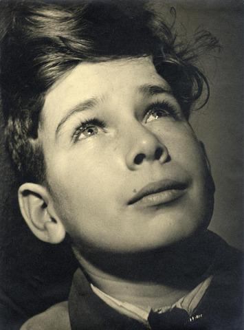 602395 - Jongensportret. Bekroond door Focus.