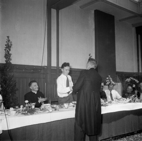 050458 - 50-jarig bestaan KAB en 25-jarig bestaan Kajotters. Taak: bundeling van activiteiten van de diverse R.K. Werkliedenverenigingen aanvankelijk in het federatief verband van de Bossche Diocesane Werkliedenbond, later als Tilburgse afdeling van de landelijke arbeiders- en vakbeweging op katholieke grondslag, tot de fusie daarvan met het N.V.V. in het F.N.V.