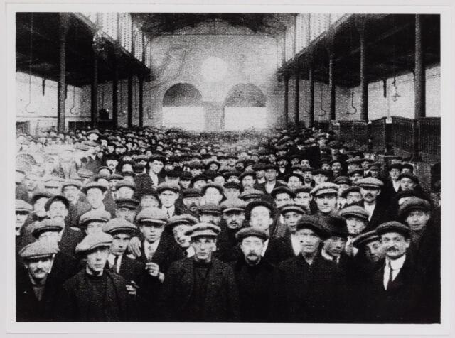 040851 - Arbeidsconflict. Vergadering van stakers en uitgeslotenen in de Boterhal aan de Oude Markt.