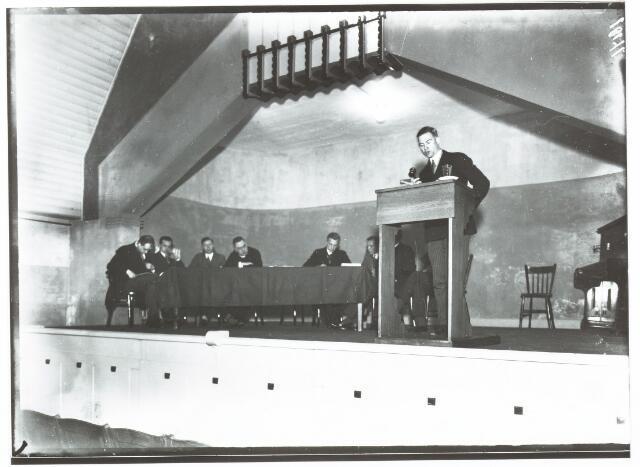 051969 - Hoger Voortgezet Onderwijs. Nederlandse Unie van R.K. Studentenverenigingen. Zaterdag 24 oktober 1931 heeft te Tilburg de jaarvergadering plaats gehad van de Unie van R.K. Studentenverenigingen in Nederland. Nadat de Uniepraeses Hans de Goey de vergadering geopend had met de groet en de aanwezigen verwelkomd had ging hij over tot het voorlezen van het jaarverslag. Daarna had de bestuurswisseling plaats. Toon Wijffels: Tilburg praeses, Hans Buskens: Delft secretaris, Harry Kortman: Utrecht penningmeester. Hierna hield de nieuwe praeses zijn programmarede.
