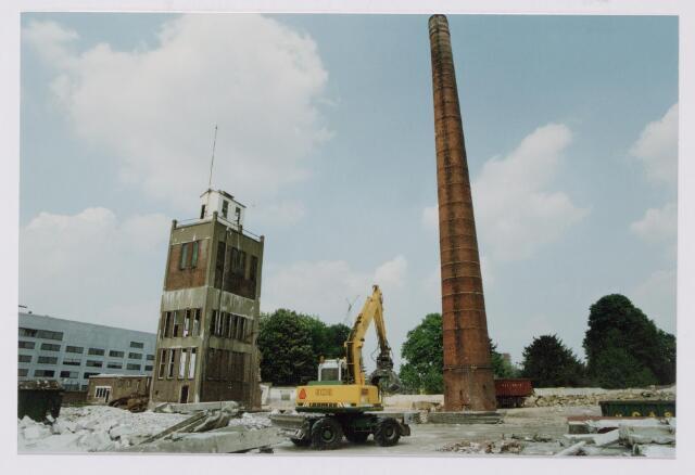 043855 - Watertoren en fabrieksschoorsteen op het Regenboogcomplex aan de Bredaseweg.
