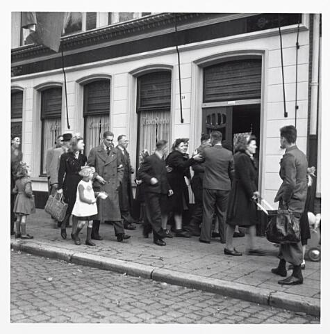 012133 - WO2 ; WOII ; Tweede Wereldoorlog. Bevrijding. Uitgelaten mensen gaan café Trocadero aan het Wilhelminapark binnen