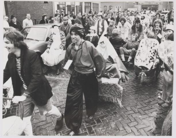 081895 - Gilze carnaval. wijven sjouwen