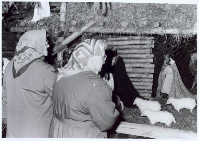 019682 - Aandachtige bezoeksters bij de kerststal in de Goirkese kerk