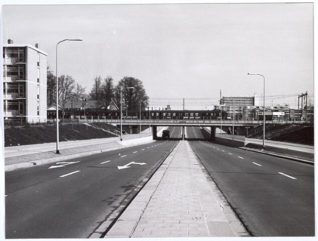 017404 - Conservatoriumlaan in de richting van de Westermarkt. Links van de spoorlijn Boerke Mutsaers en rechts station Tilburg-West