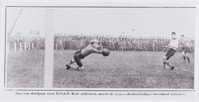 054127 - Sport. Voetbal. LONGA. Wedstrijd NOAD-LONGA. Een voetballer van NOAD scoort in het doel van LONGA.  Reproductie uit Brabantse Illustratie
