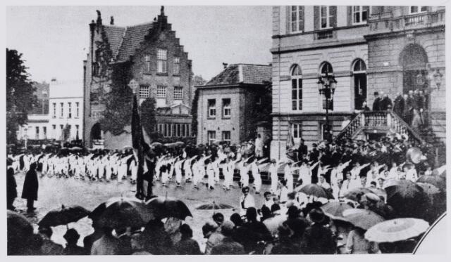103901 - Internationale Tentoonstelling Stad Tilburg 1934 voor Handel en Industrie. defilé langs het gemeentehuis t.g.v. de opening van de tentoonstelling.