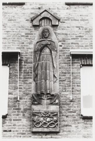 067846 - Mariëngaarde. MARIABEELD, in terracotta-reliëf, van Lambert van ZIJL  (Rotterdam 1866-1947). Lokatie: Pension Mariëngaarde.  Trefwoorden: Beeldende Kunst, openbare ruimte.