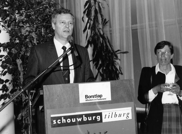 1238_F0281 - Bekende mensen. Presentatie in Schouwburg Tilburg. De Heer Borstlap, directeur van Masters in Fasteners. De spreker is Ad Driessen, wethouder-locoburgemeester van Tilburg.