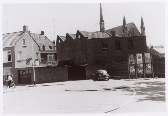 017549 - Dillenburglaan nabij de Hasseltstraat (links). Rechts op de achtergrond de kerk van de parochie Hasselt