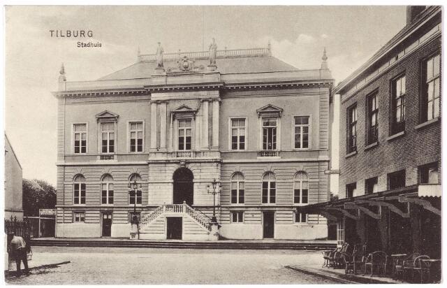 002328 - Stadhuisplein, voorheen de Markt met voormalig gemeentehuis en rechts hotel 'de Gouden Zwaan' van de familie Broeckx.