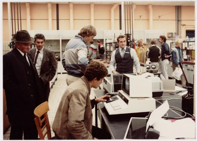 050163 - Volt. Noord. Jubileum 75 jaar Volt. Open dag op 15 september 1984. Ook het materialen-laboratorium in gebouw NS had niet over gebrek aan belangstelling te klagen. Rechts van het midden met vest en daarop een badge is Dhr. Ad van Pelt, medewerker van het Mat.Lab. Tweede van links Peter den Ouden.