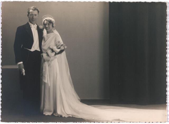 004997 - Trouwfoto van de dansleraren Ad van KRUISSELBERGE (Adrianus Martinus, Tilburg 1901-1961) en Guusje BLOMMAERT (Augusta Antonia Cornelia Maria, Tilburg 1905-1995). Van Kruisselberge gad danslessen vanaf 1932 tot 1946 in de Scala aan de Tuinsstraat, vanaf 1946 in de Willem-II-straat.