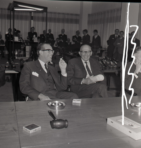 653800 - Burgemeester C. Becht (l.) Was burgemeester van Tilburg van 1957 tot en met 1975.