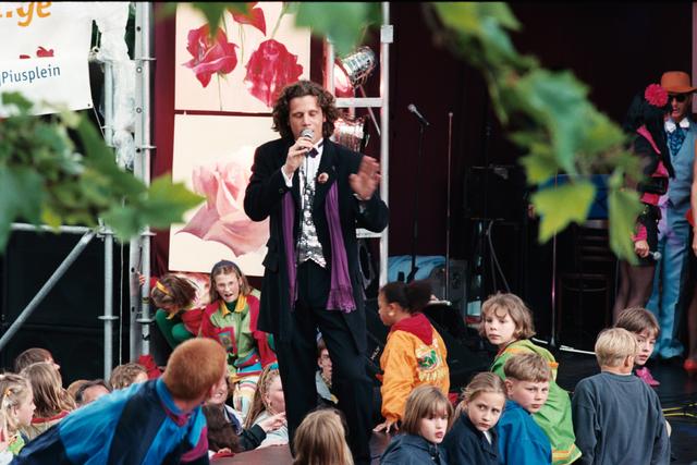 1237_010_768_013 - Festival levenslied 1998 Muziek. Spreker Walter Vermeer zingt op het podium.