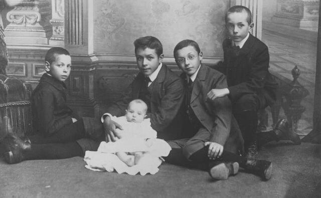 064452 - De zonen van fotograaf Hubertus Adrianus van der Schoot uit de Zomerstraat en Maria Angelina Vanwest. Van links naar rechts: Matthieu Joseph Antoine Gerard (Thieu) geboren te Tilburg op 3 september 1900, Odilon Marie Johan Antoon (Odilon) geboren te Tilburg op 16 mei 1911, Petrus Adrianus Antonius ( Piet) geboren te Tilburg op 24 februari 1896, Robertus A.J.H ( Robert) geboren te Tilburg op 20 januari 1896 en Franciscus Gerardus Maria (Frans) geboren te Tilburg op 24 juli 1899.