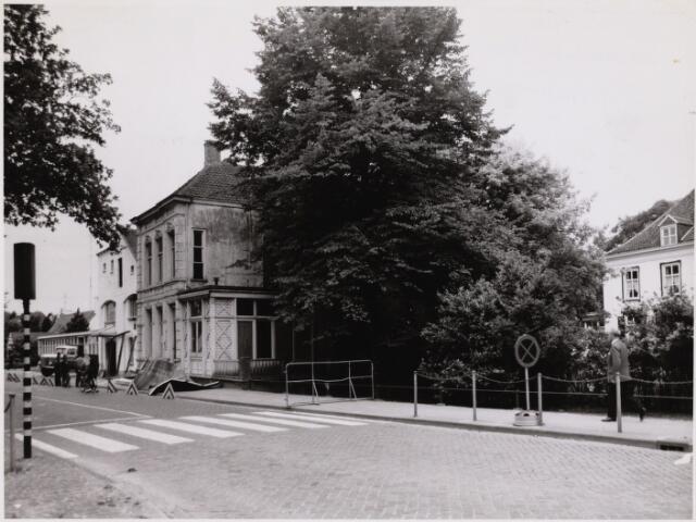 102336 - Het woningnoodbureau en het politiebureau aan de Slotlaan worden afgebroken.