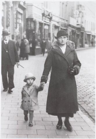 021577 - Marlies Olling met tante Martina in de Heuvelstraat eind oktober 1933