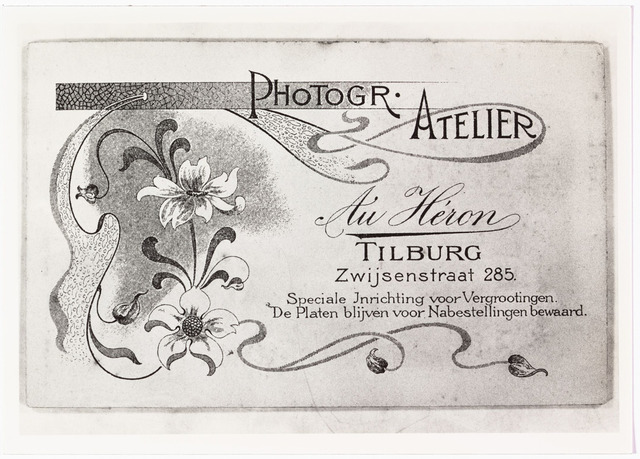 008476 - Achterzijde visitekaartfoto van Au Héron (Henri Berssenbrugge) omstreeks 1902-1906.