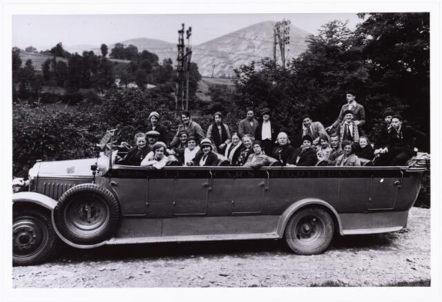 008716 - Tilburgse bedevaartgangers in Lourdes in de jaren dertig.