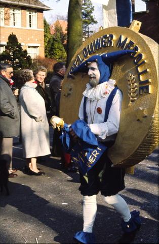 656409 - Carnavalsoptocht in Tilburg in 1982. Verkleedde man met toelouwer medollie.