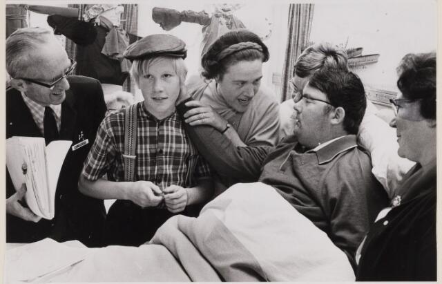"""084977 - Blinde Zonnebloemzieke raakt jongen (met pet) aan, die   de rol van """"De Witte van Zichem"""" speelde in de film die op TV werd uitgezonden. België dag van de dynastie."""