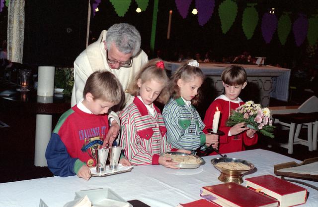 655295 - Eerste Heilige Communie viering in de Tilburgse Sacramentskerk op 14 april 1991.