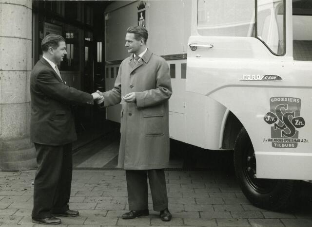 200084 - Jan Knegtel links levert vrachtwagen aan Fa. J. van Spaendonk Tilburg