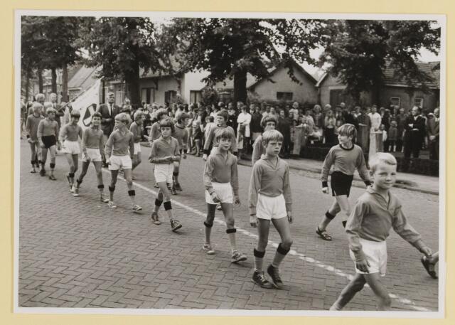080104 - Welkomst-defilé  voor de nieuwe burgemeester van Udenhout Hans HOEFSLOOT, op za. 7 aug. 1971. Hier zijn te zien jongens van de voetbalclub Biezenmortel, dat bij Udenhout hoorde. Hoefsloot zou 10 jaar burgemeester van Udenhout blijven.