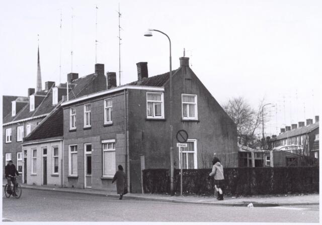 022319 - Hoefstraat ter hoogte van het kruispunt met enkele straten, zoals de Wagenaarstraat (rechts), Pastoor Smitsstraat (straat met de bus) en de Bisschop Janssenstraat (links). Op de achtergrond de toren van de kerk van de H.H. Antonius en Barbara