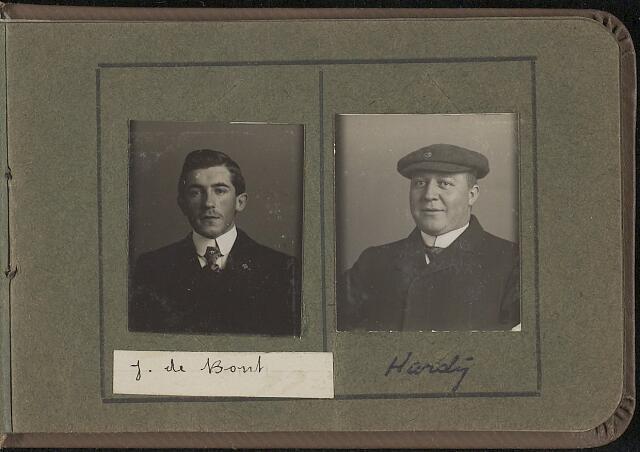 603965 - Links J. de Bont, rechts J.L.M. (Lambert) Hardy, geboren in 1887 te Tilburg, aldaar overleden op 29 maart 1920. Was gehuwd met Maria Hobbelen. Albumblad met zogenaamde TipTop-pasfoto´s van het personeel van de gemeentesecretarie van Tilburg, omstreeks 1916.