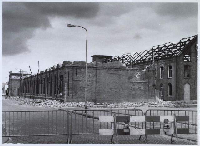 023487 - Vanwege instortingsgevaar werd het uitgebrande fabriekscomplex van Van Opstal in de Kapelstraat meteen gesloopt