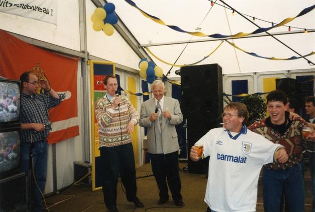 800097 - Sport. Voetbal. Voetbalvereniging R.K.S.V. Taxandria in Oisterwijk. Feest in de tent ter gelegenheid van het 40-jarige bestaan van de vereniging.