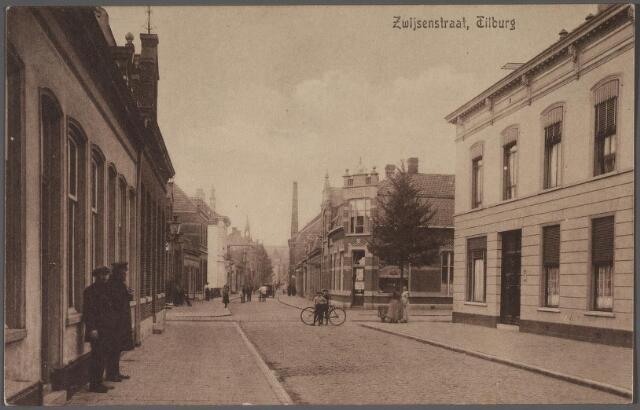 011326 - Bisschop Zwijsenstraat, rechts de Primus van Gilsstraat, links de Varkensmarkt