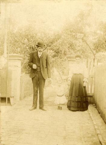 092824 - Joseph Gerardus Broeders, geboren te Hilversum op 20 september 1875, timmerman van beroep, emigreerde rond 1906 naar Argentinië, waar hij in 1908 woonachtig was in de plaats Quilmes. Hij had er een timmerbedrijf. Op de foto v.l.n.r. Joseph G. Broeders, zijn zoon Adriaan Nicolaas, geboren te Stratum op 23 april 1906, en zijn vrouw , met wie hij op 2 maart 1905 trouwde, Helena Cornelia Horsten, geboren te ´s-Hertogenbosch op 18 februari 1877. In Argentinië werden twee zonen geboren. In 1914 keerde het gezin terug naar Nederland en begon Broeders een timmerbedrijf aan de Groeseindstraat in Tilburg.
