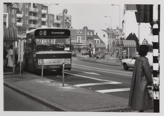 041395 - Openbaar vervoer. B.B.A. - bus lijn 06 richting Groenewoud.