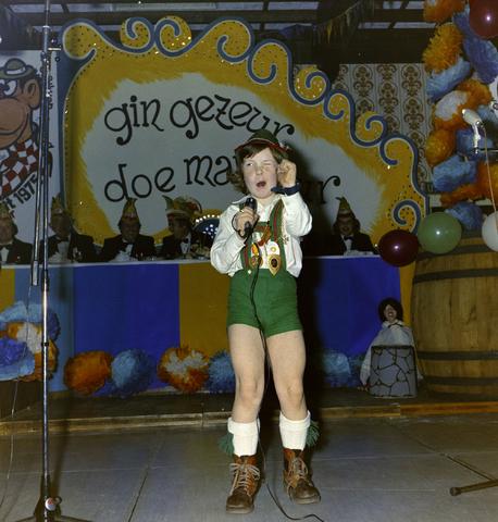 1237_011_825_005 - Ballefruttersgat. Feest. Optreden tijdens carnaval in Goirle in februari 1975.