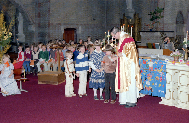 655232 - Eerste communie in de Sacramentsparochie te Tilburg op 6 mei 1979.