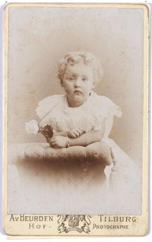 004844 - De kleine Augusta Maria Cornelia KERSTENS (Tilburg 1892-1967), dochtertje van fabrikant Vincentius H. A. Kerstens en Pia J.M. Verbunt. Zij zou trouwen met Johannes F.G.M. Mutsaerts (Tilburg 1891-1974) en zes kinderen krijgen.