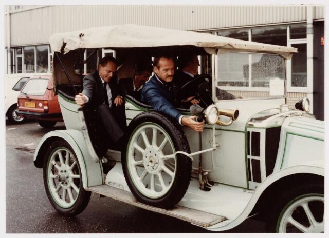 """050169 - Volt. Noord. Jubileum 75 jaar Volt op 15 september 1984. Dhr. Iding bedrijfsdirecteur van Volt werd 's morgens thuis opgehaald samen met zijn echtgenote. De auto werd bestuurd door een chauffeur van Volt en was van het bouwjaar 1909 het oprichtingsjaar van Volt. De auto was van het merk """"Arrol Johston""""."""