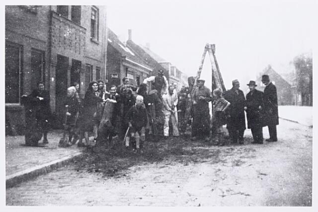 013210 - Tweede Wereldoorlog. Terugtocht. Bewoners van de Laarstraat verwijderen na de bevrijding de in hun straat aangelegde tankversperring