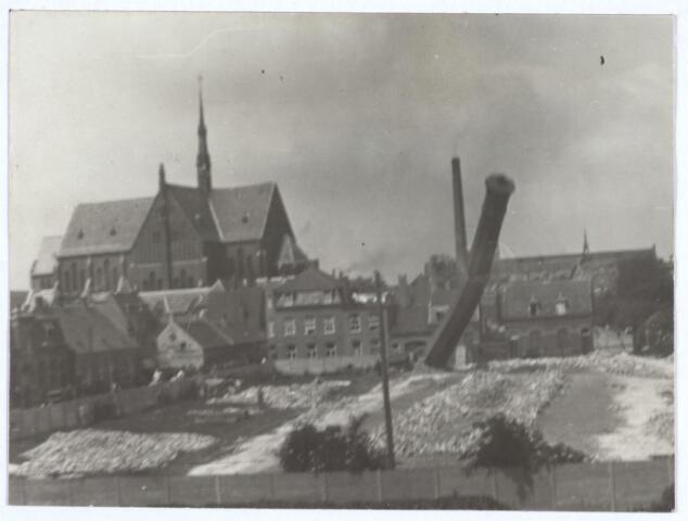 027071 - Omvallen van schoorsteen fabriek Pollet. Achtergrond: Noordhoeksekerk