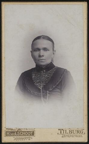 603662 - Familie de Bont. Lamberdina van Bokhoven, geboren op 10 april 1855 te Nieuwkuijk als dochter van Marinus van Bokhoven en Anna Catharina van Opzeeland. Zij huwde met Marinus de Bont en overleed op 12 februari 1937 te Tilburg.