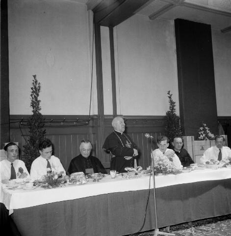050456 - 50-jarig bestaan KAB en 25-jarig bestaan Kajotters. Taak: bundeling van activiteiten van de diverse R.K. Werkliedenverenigingen aanvankelijk in het federatief verband van de Bossche Diocesane Werkliedenbond, later als Tilburgse afdeling van de landelijke arbeiders- en vakbeweging op katholieke grondslag, tot de fusie daarvan met het N.V.V. in het F.N.V.