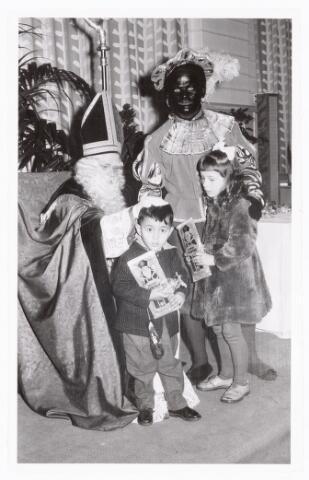 038896 - Volt. Zuid. Sport en ontspanning. Viering Sint Nicolaas voor de kinderen van het personeel in 1959. Sint Ab Haarlem en Piet Jos Spijkers zeggen de kinderen gedag. Sinterklaas. St. Nicolaas