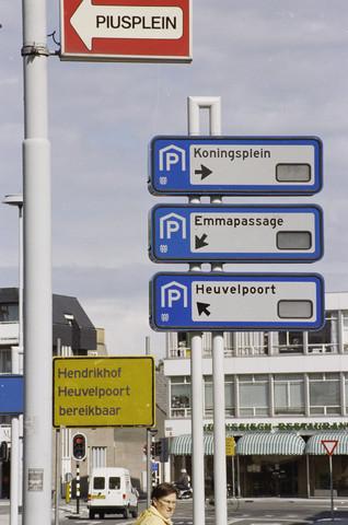 TLB023000939_002 - Borden parkeergarages op de Paleisring, op de hoek met het Piusplein.