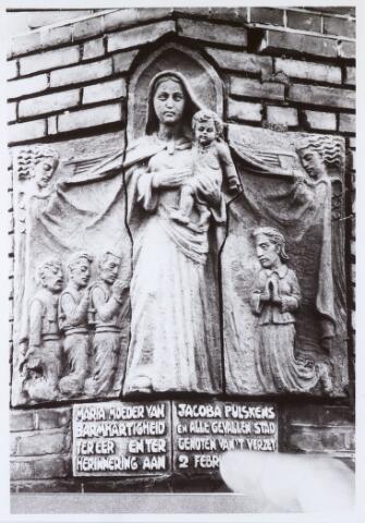 013702 - WO2 ; WOII ; Tweede Wereldoorlog. Verzet. Monument / gedenksteen ter herinnering aan Coba Pulskens en alle gevallen Tilburgers, aangebracht in de gevel van haar woning aan de Diepenstraat 25. Vervaardigd door Jacques van Poppel (1909-1976).