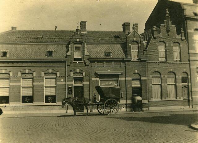 200518 - De bakkerskar van bakker Alphons Vorselaars staat voor het café  van Jan Vorselaars aan de Noordstraat t.o. de  Noordhoeksekerk.