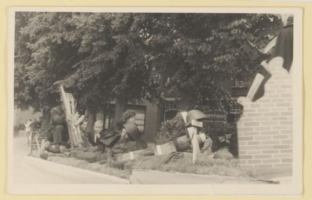 080826 - WOII; WO2; Bevrijding Udenhout 1945. De optocht.
