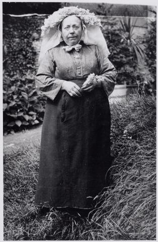 046079 - Johanna (Han) van de Pol, geboren te Goirle op 22 maart 1868, is aldaar overleden in het St. Elisabethgesticht op 31 maart 1947. Zij bleef ongehuwd. Haar ouders waren Antonius van de Pol en Ida van Sleeuwen. Zij woonde als meid in Zevenbergen bij de uit eveneens uit Goirle afkomstige priester Jozef van Besouw. Han draagt op de foto de Brabantse muts met poffer.